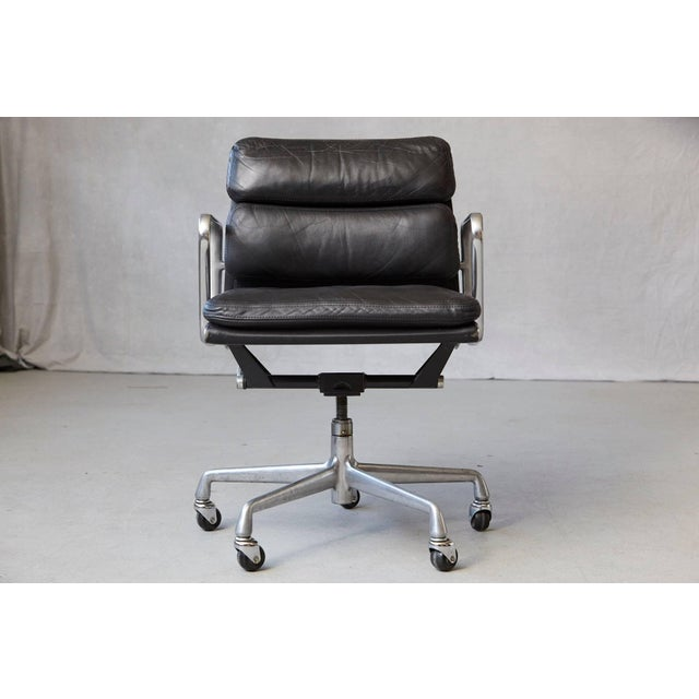 Mid-Century Modern Eames Aluminum Group Black Leather Soft Pad Chair on Casters for Herman Miller For Sale - Image 3 of 11