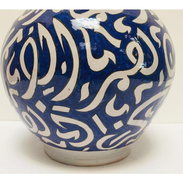 Mid 20th Century Moroccan Ceramic Blue Urn From Fez With Arabic Calligraphy For Sale - Image 5 of 12