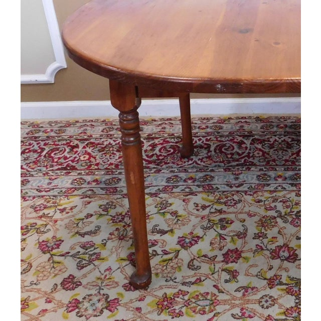 Classic Colonial Style Knotty Pine Oval Dining Table For Sale In New York - Image 6 of 10