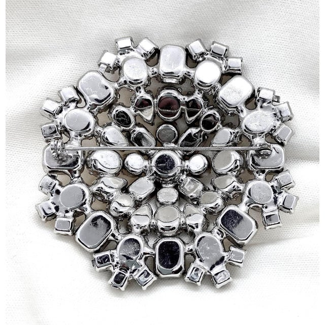Metal 1950s Rhodium-Plated Faceted Glass Stone Brooch For Sale - Image 7 of 10
