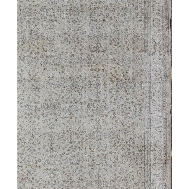 Keivan Woven Arts, En-140556, 1950s Vintage Turkish Oushak Rug - 8′6″ × 12′5″ For Sale - Image 4 of 9