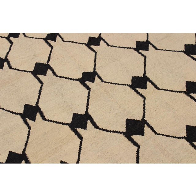 Abstract Kilim Dorthey Ivory Hand-Woven Wool Rug -5′8″ × 7′4″ For Sale In New York - Image 6 of 8