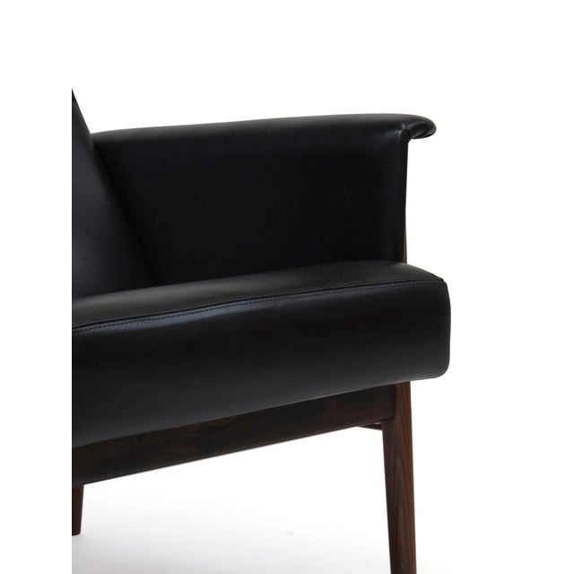 Mid 20th Century Rosewood and Black Leather Lounge Chair For Sale - Image 5 of 12