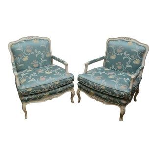 French Louis XV Style Pair of White Painted Fauteuils Lounge Chairs For Sale