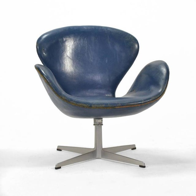 excellent arne jacobsen swan chair in original blue leather by fritz