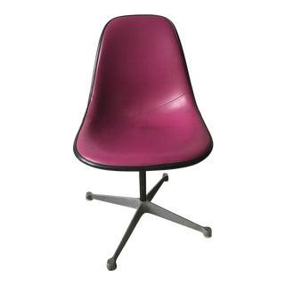 Eames Herman Miller Fiber Glass Swivel Chair For Sale