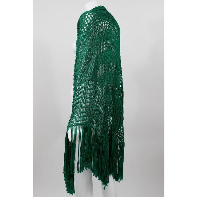 Traditional 1930s Emerald Green Crochet Fringe Shawl For Sale - Image 3 of 8