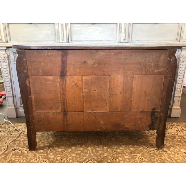 18th C. French Louis XV Commode en Tombeau Bombé Chest For Sale - Image 12 of 13