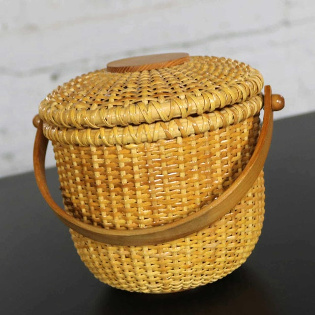 American Nantucket Lightship Round Lidded Friendship Basket For Sale - Image 3 of 13