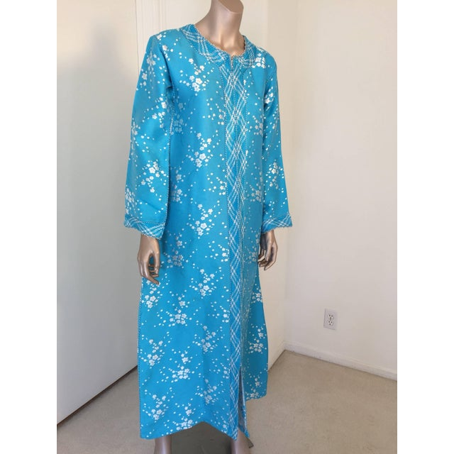 Elegant vintage designer Moroccan turquoise blue kaftan, embroidered with turquoise and white trim. This chic Gypsy...