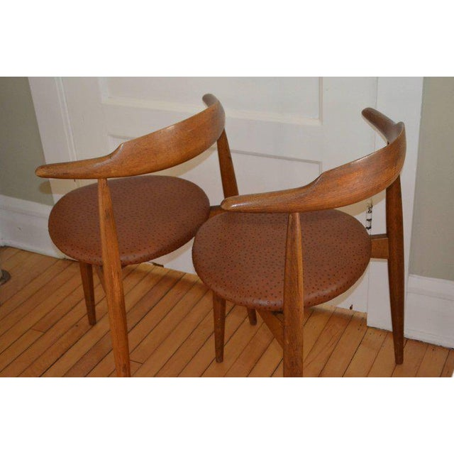 Hans Wegner Midcentury Heart Chairs in Oak and Ostrich Leather, Pair For Sale In Madison - Image 6 of 11