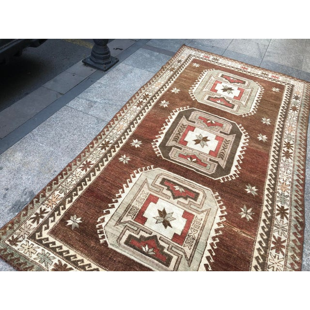 Brown 1960s Vintage Handmade Turkish Bohemian Wool Rug- 4′5″ × 8′4″ For Sale - Image 8 of 11