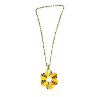 1960s Vintage Trifari Bakelite Daisy Pendant Necklace For Sale