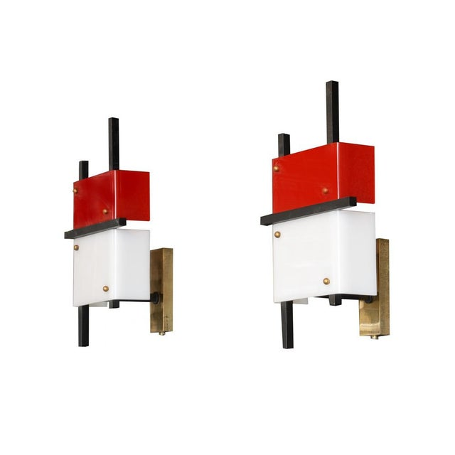 Stilnovo Pair of modern wall lights Red and white Plexiglass, black lacquered steel Italy, circa 1950