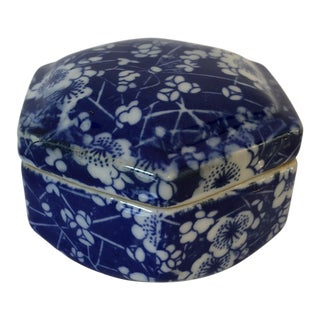 Late 20th Century Blue & White Ceramic Chinoiserie Box For Sale