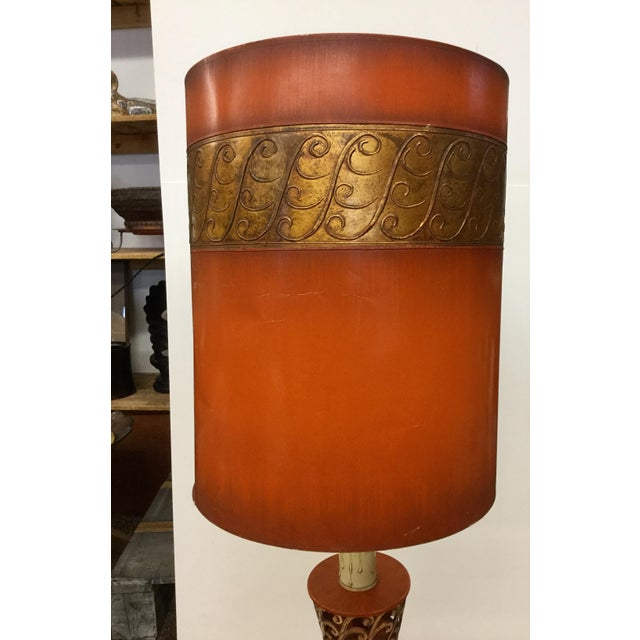 Empire 1940s Tall Hollywood Regency Deep Coral & Gold Table Lamp For Sale - Image 3 of 13