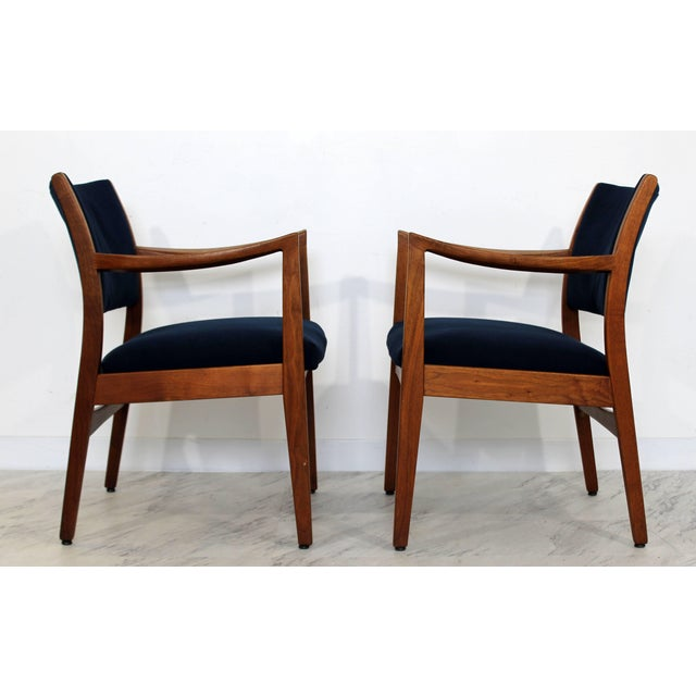 Mid-Century Modern 1960s Mid-Century Modern Johnson Furniture co. Walnut Armchairs - a Pair For Sale - Image 3 of 8