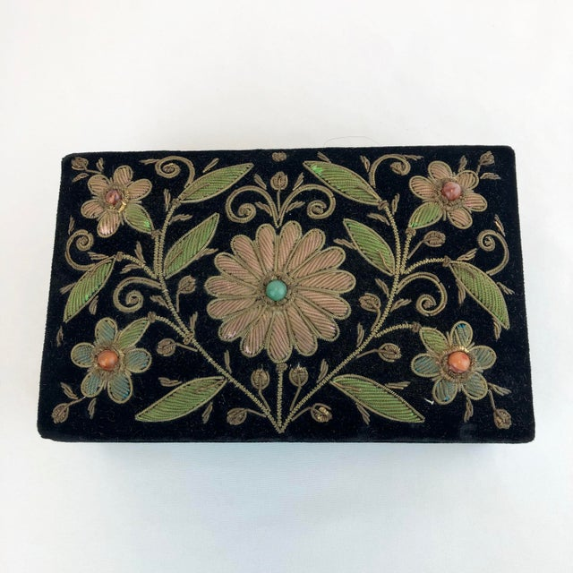 Traditional Early 20th Century Antique Zardozi Floral Embroidered Jewelry Trinket Box For Sale - Image 3 of 9