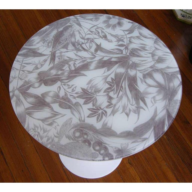 Mid-Century Modern 1960 Italian White Round Tulip Table With Laminated Gray Hand Painted Fabric Top For Sale - Image 3 of 5