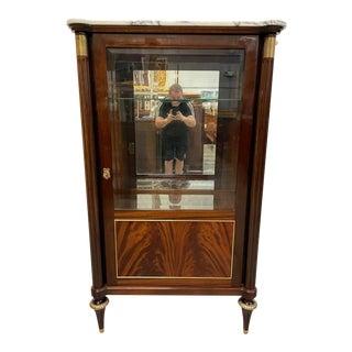 1910s French Louis XVI Flame Mahogany Vitrine Carrara Marble Top. For Sale