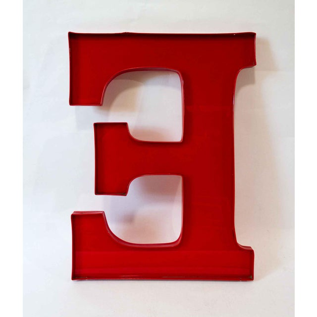 Large capital letter E in bright red. A very cool styling piece!