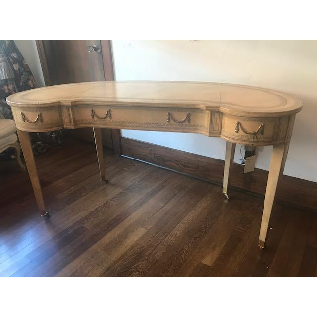 French Maitland-Smith French Kidney-Shaped Cream Leather Writing Desk For Sale - Image 3 of 12