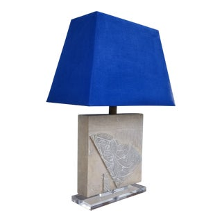 1970s Mid-Century Modern Sculptural Plaster and Lucite Base Table Lamp For Sale