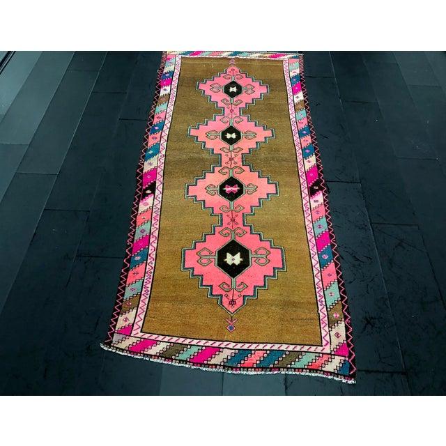 1960s Vintage Turkish Anatolian Pink Geometric Patterned Oushak Area Rug - 4′4″ × 9′10″ For Sale - Image 5 of 11