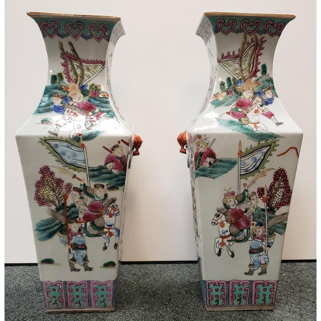 Chinese Circa 1910 Chinese Famille Rose Export Porcelain Warrior Motifs Club-Form Vases - a Pair For Sale - Image 3 of 7