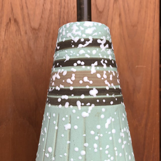 Vintage 1960s Mid Century Modern Ceramic Table Lamp. For Sale - Image 4 of 7