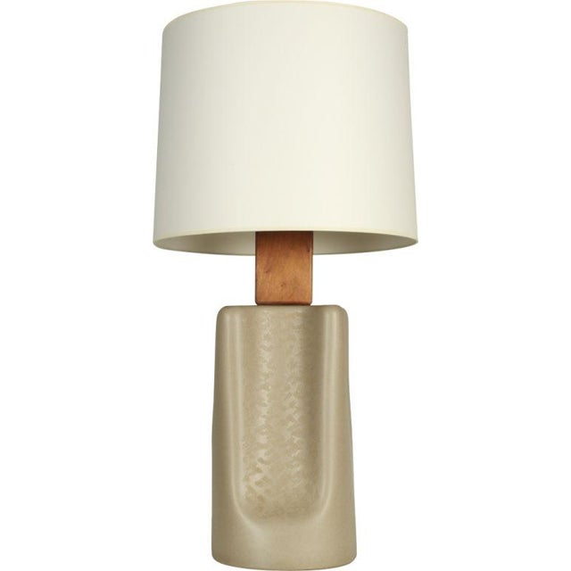 "Mid-Century Modern Gordon Martz Broad ""Pinched"" Ceramic Table Lamp For Sale - Image 3 of 7"