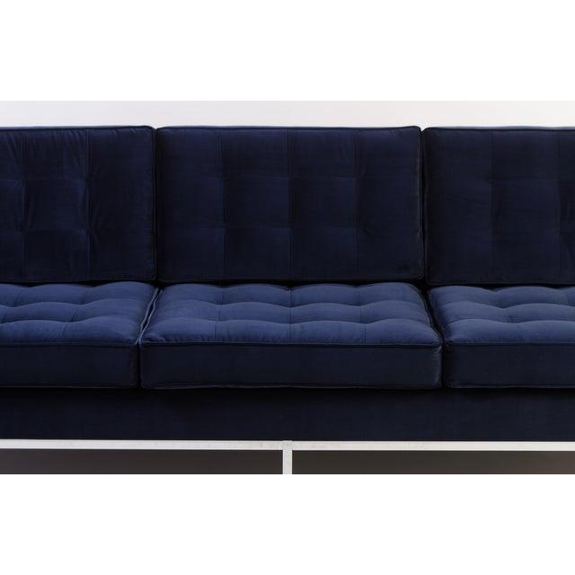 Florence Knoll Sofa in Navy Velvet For Sale In New York - Image 6 of 8