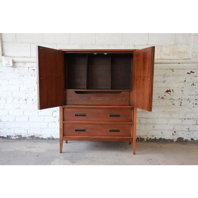 1960s Mid-Century Modern Walnut Gentleman's Chest by Drexel For Sale - Image 5 of 11