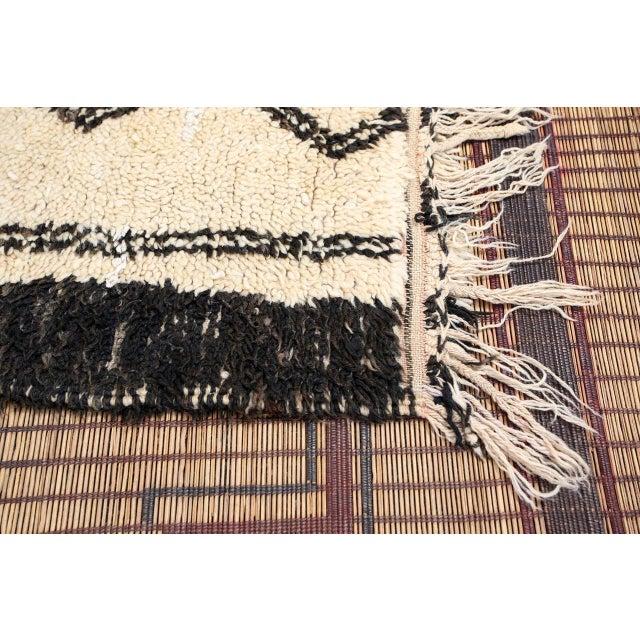 Islamic Vintage Moroccan Beni Ouarain White Rug For Sale - Image 3 of 10
