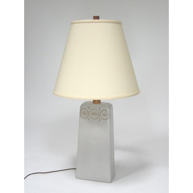 Mid-Century Modern Table Lamp with sgraffito decoration by Gordon and Jane Martz For Sale - Image 3 of 10