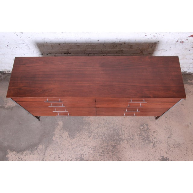 1950s Paul McCobb for Calvin Mid-Century Modern Eight-Drawer Walnut Dresser or Credenza, Newly Restored For Sale - Image 5 of 13