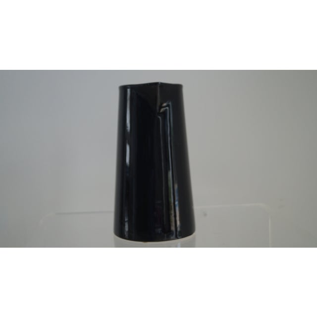 Black high gloss pitcher. Can you be use as a flower vase.