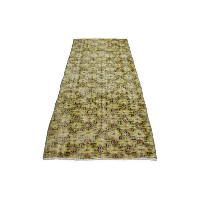 This distressed vintage Turkish Sivas rug can make an interior space feel both modern and tastefully casual. The rug...