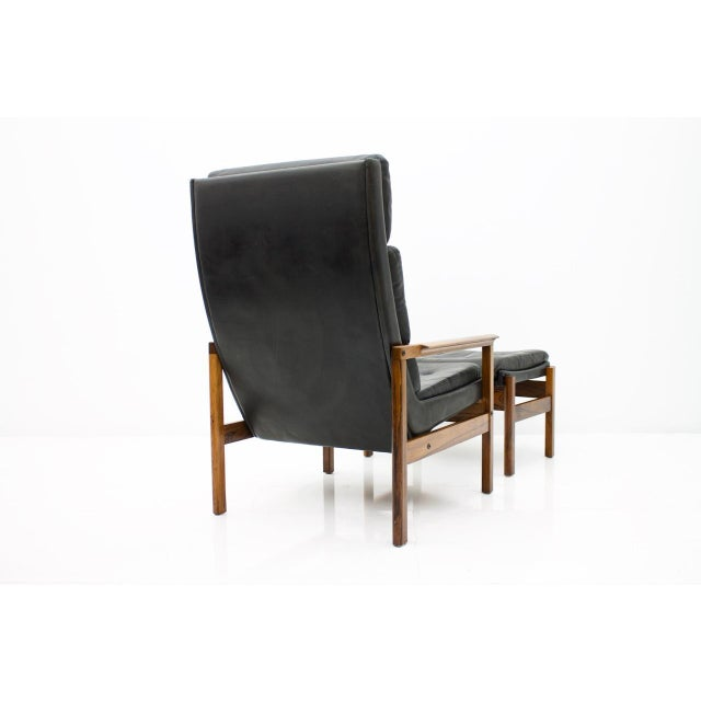 Scandinavian Lounge Chair With Stool in Rosewood and Black Leather, 1960s For Sale - Image 4 of 9