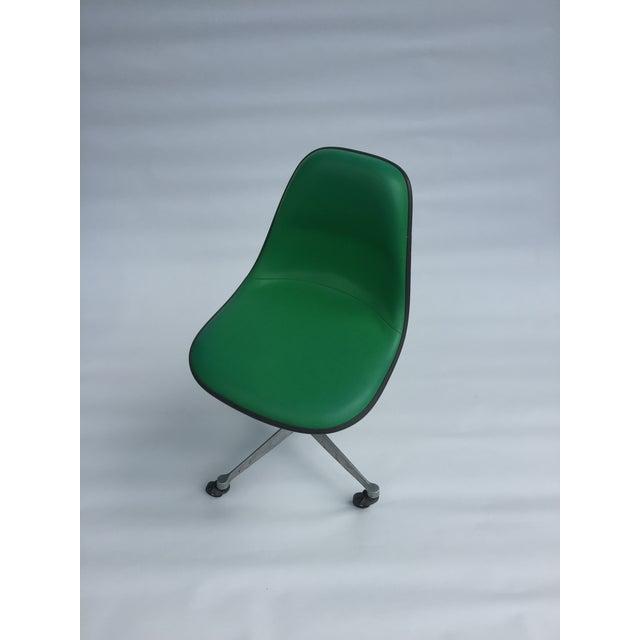 Mid-Century Modern 1970s Vintage Eames for Herman Miller Kelly Green Fiberglass PSCC Chair For Sale - Image 3 of 8