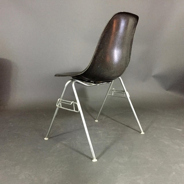 1980s Six (6) Charles and Ray Eames Fiberglass Shell Chairs, Stacking Base For Sale - Image 5 of 10
