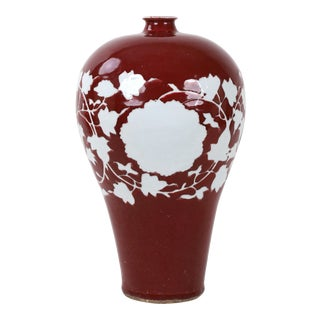 16th Century Chinese Ming Dynasty Red Glaze White Flower Vase For Sale