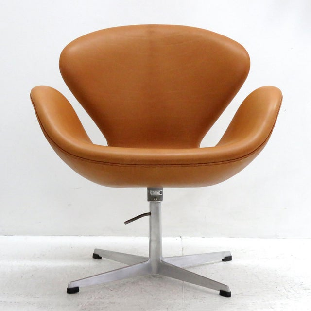 Stunning 'Swan' chair, early model 3320, by Arne Jacobsen, lounge chair on a height adjustable four-star aluminum base,...