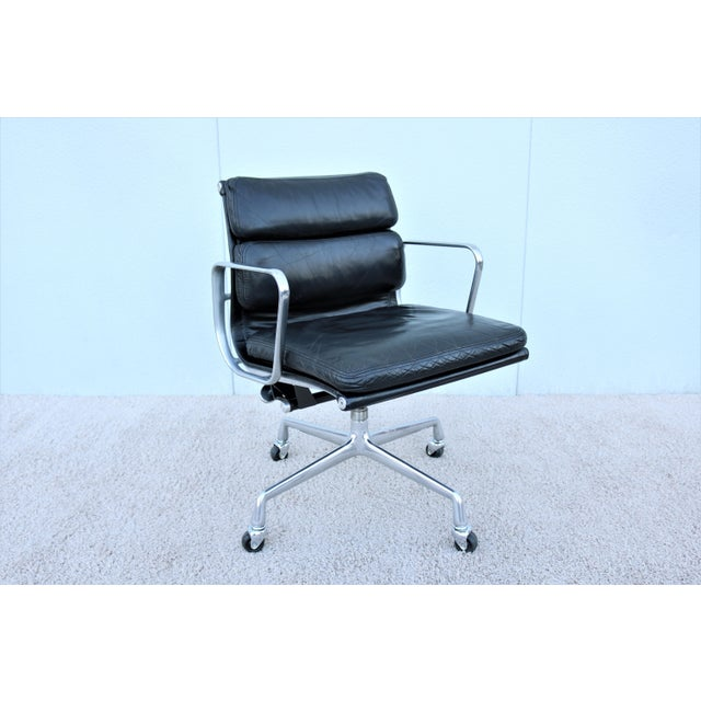 Stunning authentic vintage mid-century modern Eames soft pad management chair, a timeless design classic and contemporary...