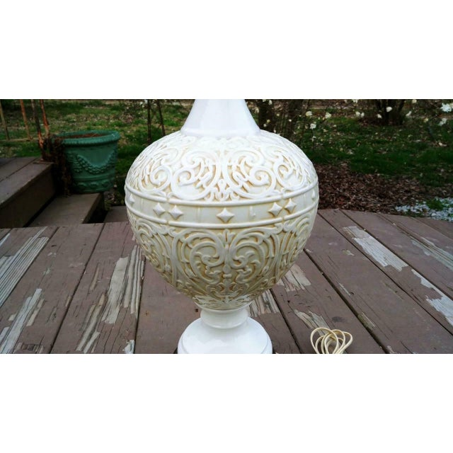 Large Vintage White Mid Century Modern Embossed Italian Style Pottery Table Lamp With Harp and Finial For Sale - Image 12 of 13