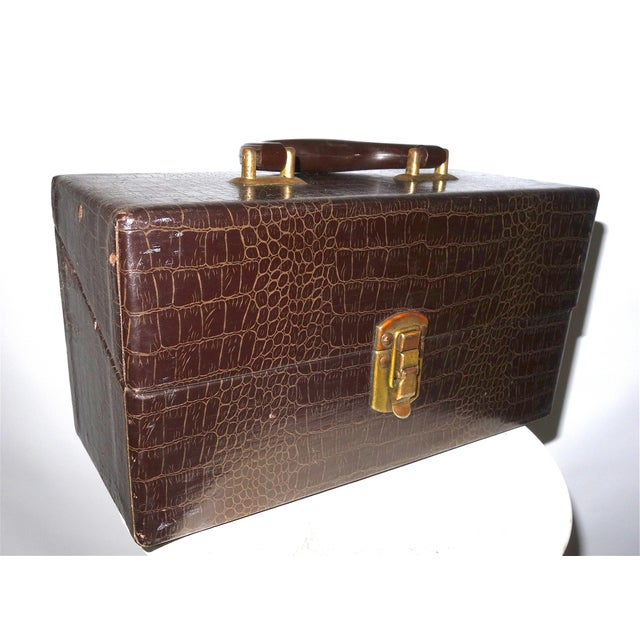 Art Deco Cinema Equipment Carry Case. Vintage. C. 1940s. Patterned Croc Glossy Canvas Over Wood. Wedge Hinged Top, Pristine For Sale - Image 3 of 8