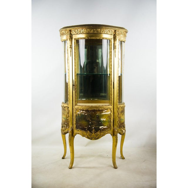 French Louis XV Giltwood and Curved Glass Curio Cabinet For Sale - Image 13 of 13