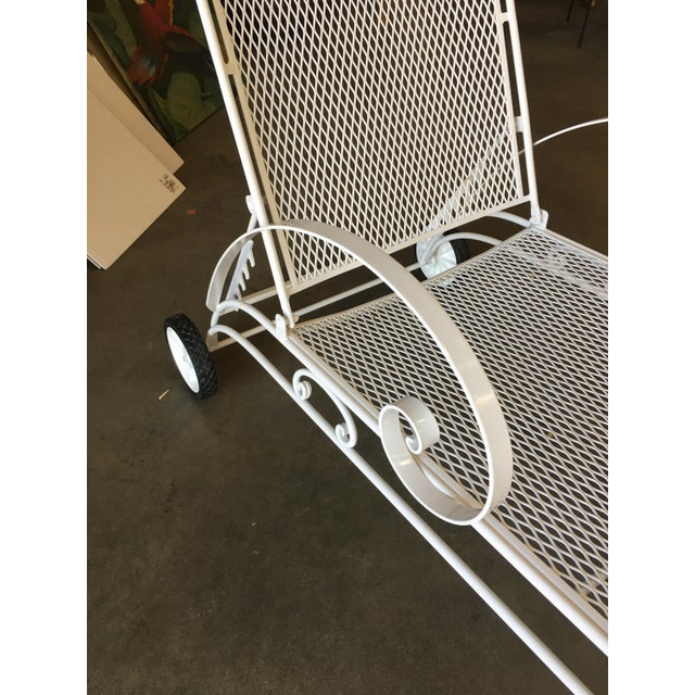 Mid-Century Modern Iron Mesh Outdoor / Patio Chaise Lounge by Woodard For Sale - Image 3 of 7