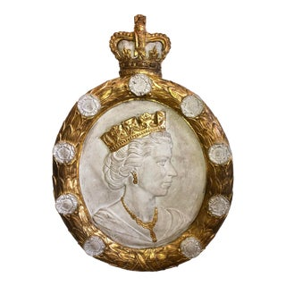 English 20th Century Wall Decor Representing Queen Elisabeth For Sale