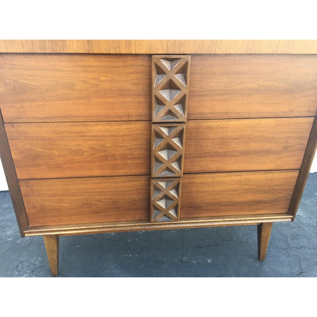 Mid-Century Modern Bassett Mid-Century Chest of Drawers For Sale - Image 3 of 9